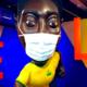Em exposição, estátua do Pelé ganha máscara
