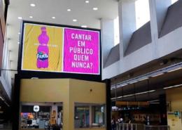 Campanha da Fanta explora circuitos DOOH na cidade