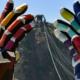 Esculturas com mãos gigantes espalham positividade no RJ