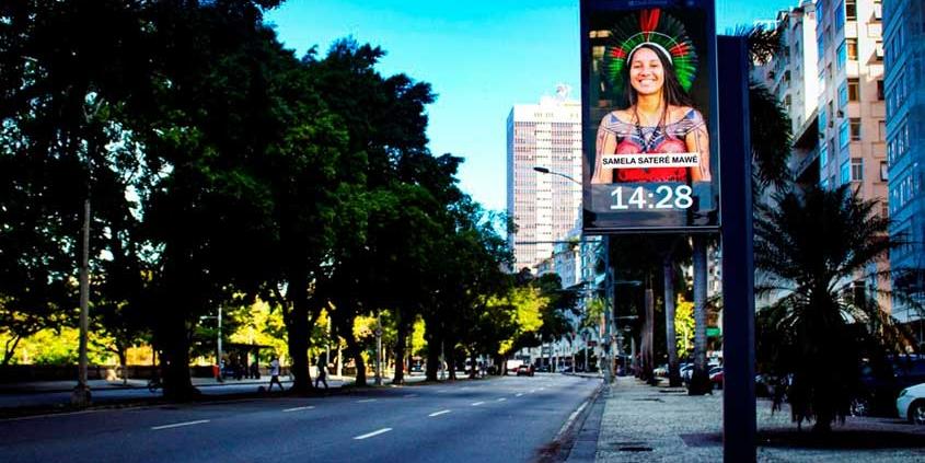 Relógios digitais promovem exposição a céu aberto