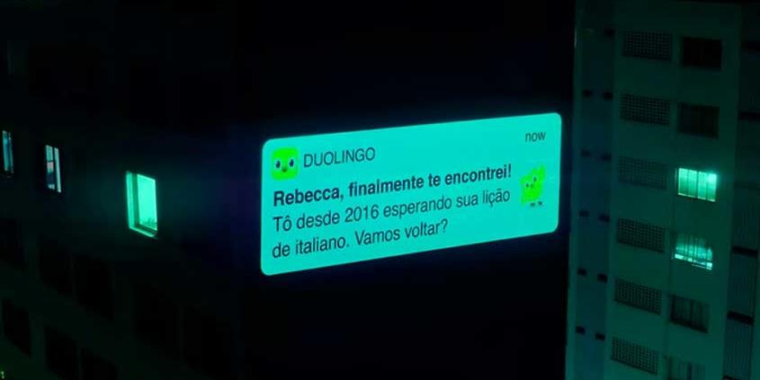 Duolingo exibe notificações gigantes em edifícios de SP
