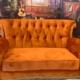 Em SP, shopping recebe sofá icônico de Friends